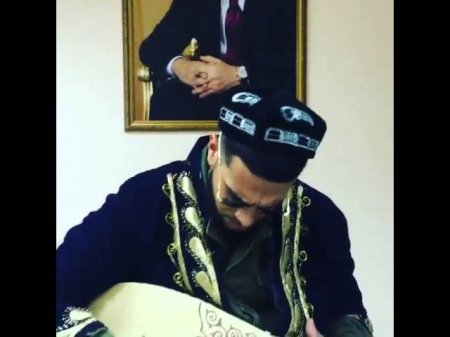 Timati do'ppi va chopon kiyib do'mbira chaldi
